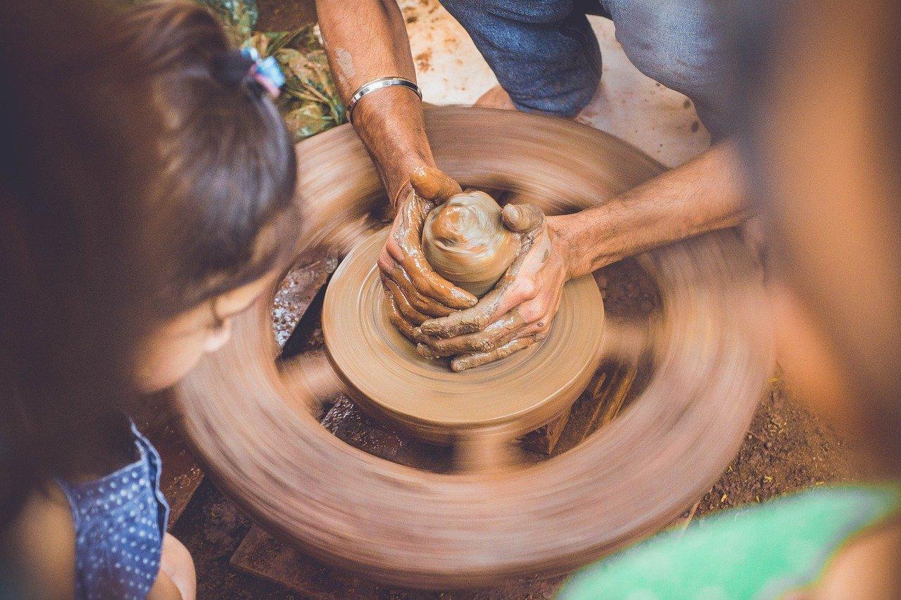 Penser à faire de la poterie pour votre enfant.